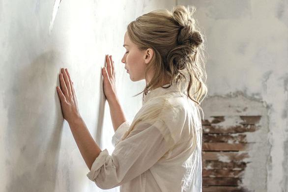 Mother! và ẩn dụ Thiên Chúa muốn xây lại địa đàng từ đổ nát - Ảnh 4.