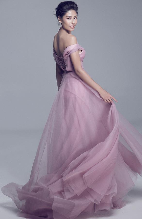 Hoa hậu thì bàn chân cũng thấm đau vì những mũi gai - Ảnh 3.