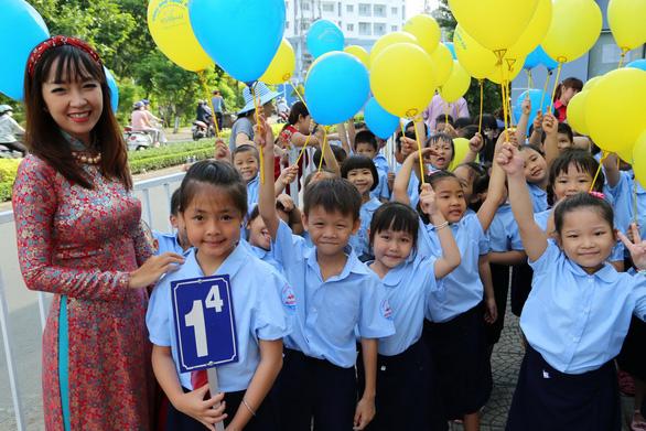 Những trường đầu tiên ở TP.HCM khai giảng năm học mới - Ảnh 2.