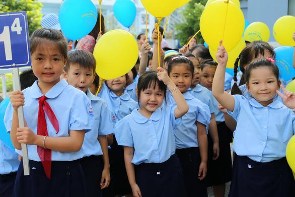 Những trường đầu tiên ở TP.HCM khai giảng năm học mới - Ảnh 4.
