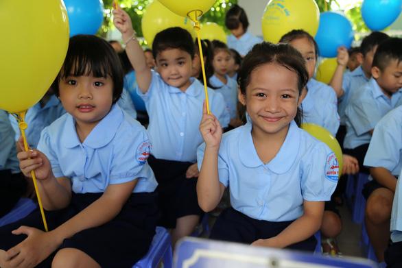 Những trường đầu tiên ở TP.HCM khai giảng năm học mới - Ảnh 6.