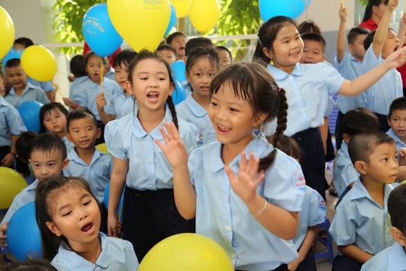 Những trường đầu tiên ở TP.HCM khai giảng năm học mới - Ảnh 3.