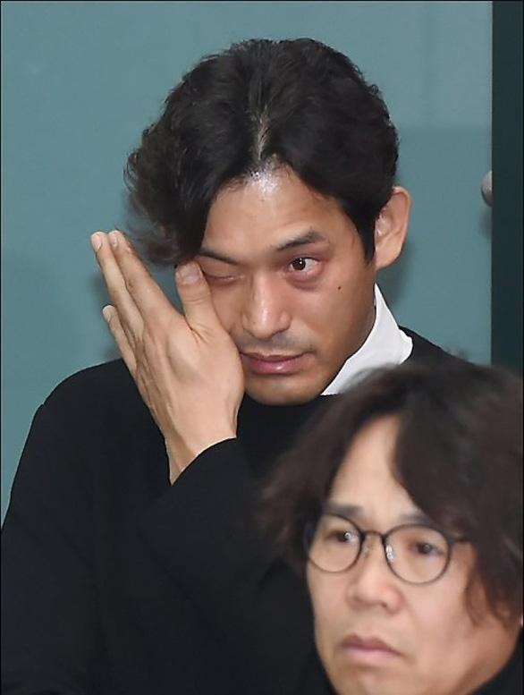 Song Joong Ki hoãn tuần trăng mật đến viếng Kim Joo Hyuk - Ảnh 15.