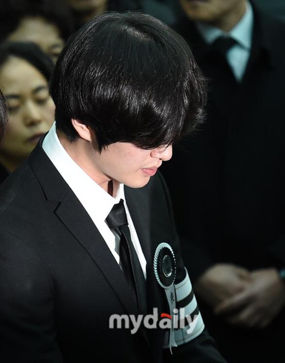 SHINee, SNSD, SJ thẫn thờ đưa tang Jonghyun - Ảnh 4.