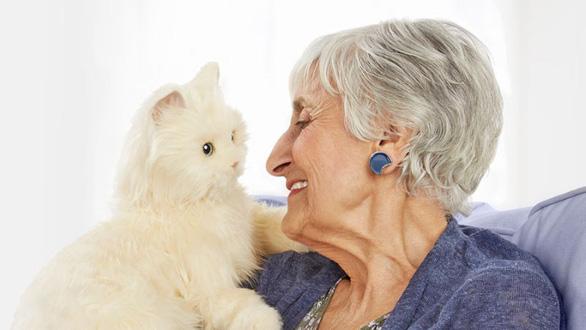 Ứng dụng AI vào mèo robot giúp người già chống trầm cảm - Ảnh 1.