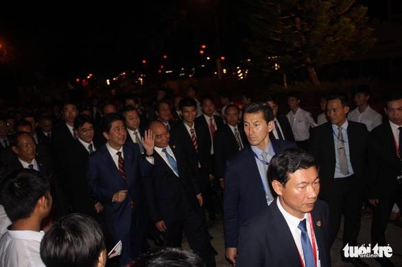 Thủ tướng Việt Nam cùng Thủ tướng Nhật dạo phố cổ Hội An - Ảnh 4.