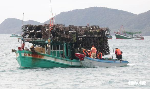 Tàu cá tránh bão Tembin ken đặc Phú Quốc - Ảnh 6.