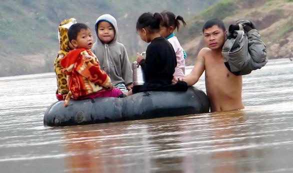 Ngồi phao vượt sông đến trường - Ảnh 1.