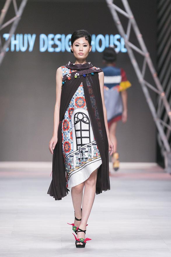 Ngô Thanh Vân đưa thời trang Cô Ba Sài Gòn lên sàn catwalk  - Ảnh 9.