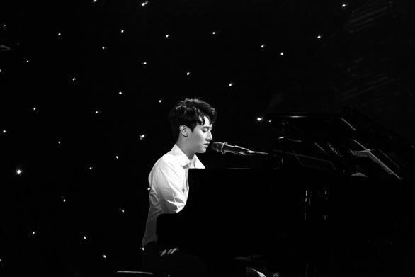 Nam thần ngây thơ Rocker Nguyễn đàn piano hát tiếng Anh  - Ảnh 6.