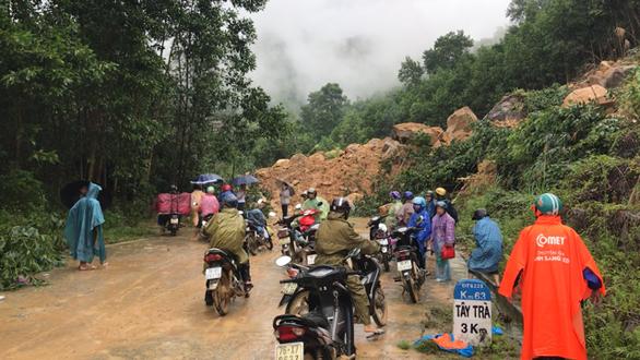 Tạm khai thông 300 điểm sạt lở ở miền núi Quảng Ngãi  - Ảnh 2.
