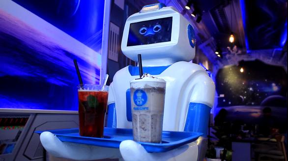 Nàng robot Made in Vietnam phục vụ trong quán cà phê - Ảnh 6.