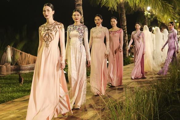 Trương Thị May làm bà lái đò trên sàn diễn thời trang Hội An - Ảnh 12.