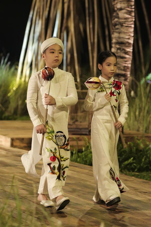 Trương Thị May làm bà lái đò trên sàn diễn thời trang Hội An - Ảnh 14.