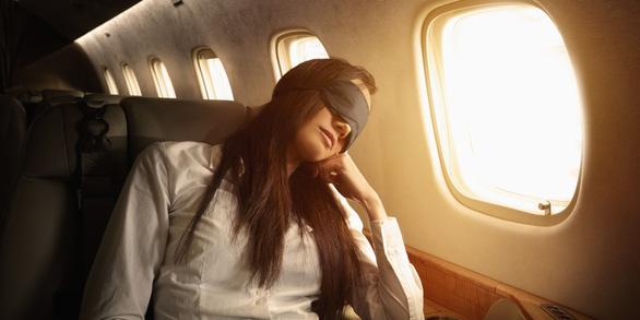 6 cách để ngủ ngon khi đi máy bay - Ảnh 1.