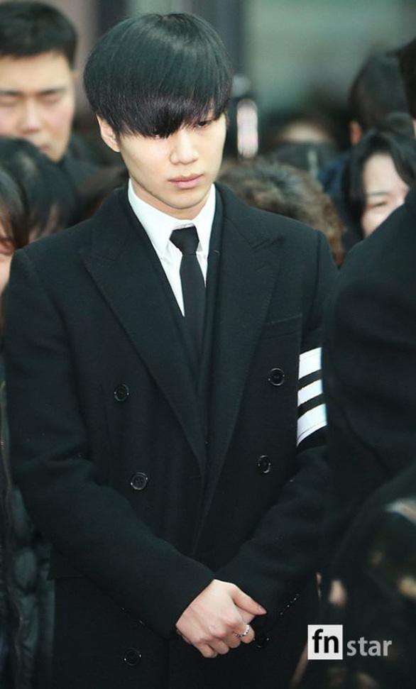 SHINee, SNSD, SJ thẫn thờ đưa tang Jonghyun - Ảnh 6.