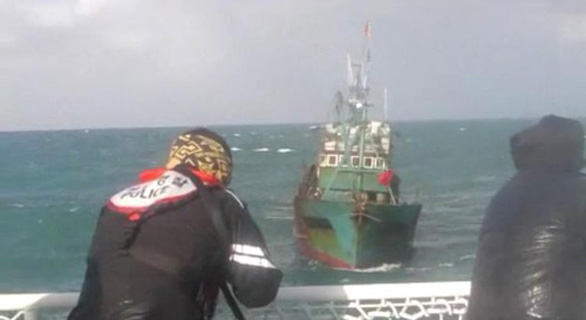 Hàn Quốc bắn 200 phát đạn đuổi tàu cá Trung Quốc - Ảnh 1.