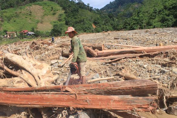 Lũ quét đi qua, gỗ rừng ngổn ngang bản Ruộng - Ảnh 4.