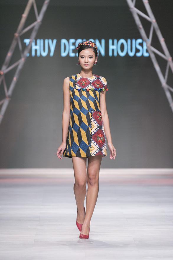 Ngô Thanh Vân đưa thời trang Cô Ba Sài Gòn lên sàn catwalk  - Ảnh 12.