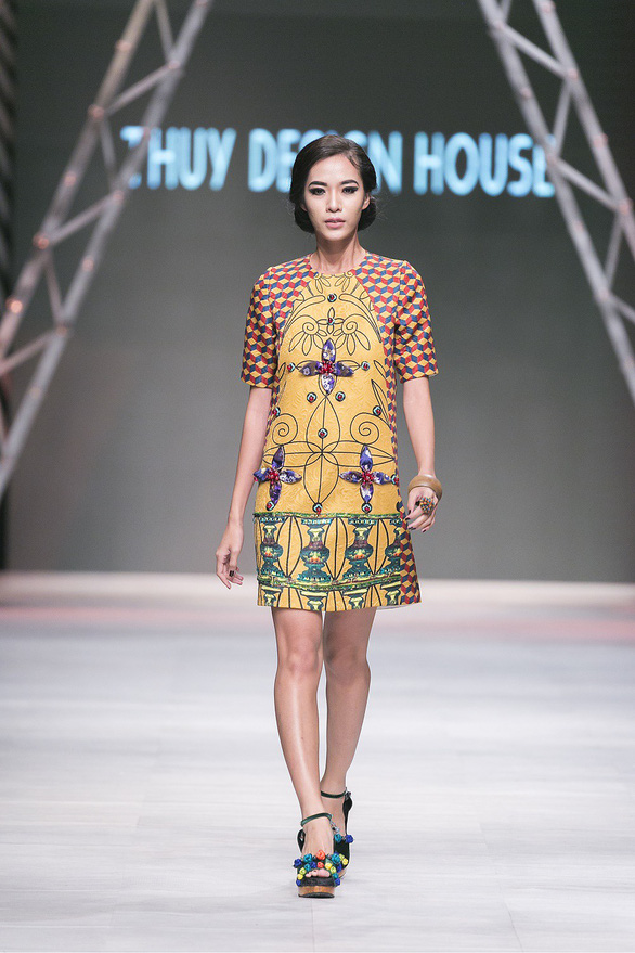 Ngô Thanh Vân đưa thời trang Cô Ba Sài Gòn lên sàn catwalk  - Ảnh 13.