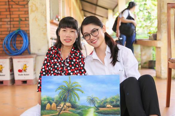 Á hậu Thùy Dung mang tranh của người khuyết tật đến Hoa hậu quốc tế 2017 - Ảnh 2.