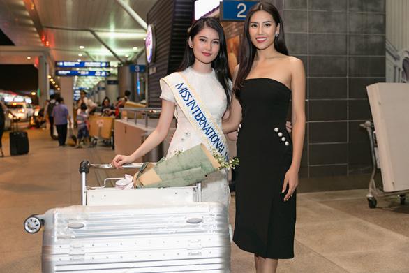 Thuỳ Dung ôn tiếng Anh ở sân bay trước khi thi Hoa hậu tại Nhật - Ảnh 2.