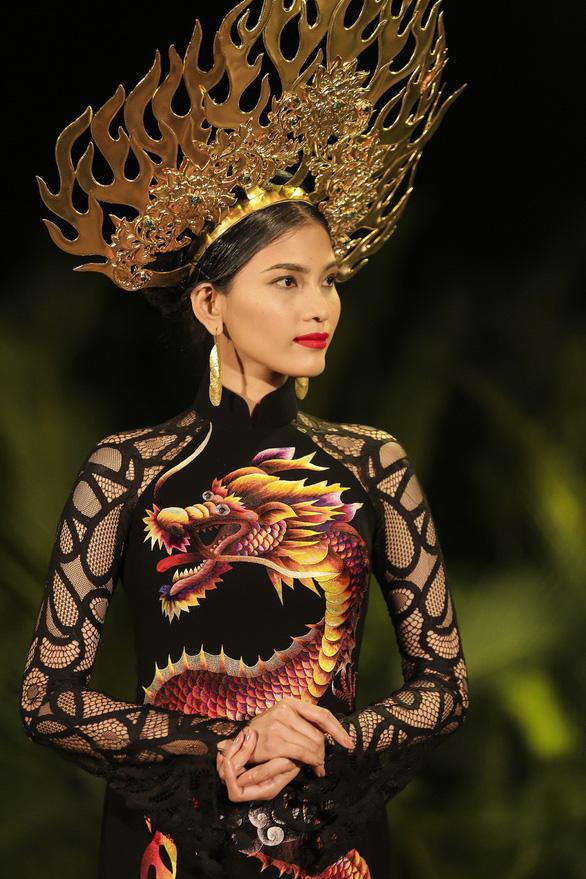 Trương Thị May làm bà lái đò trên sàn diễn thời trang Hội An - Ảnh 15.