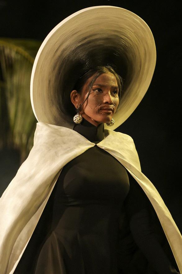 Trương Thị May làm bà lái đò trên sàn diễn thời trang Hội An - Ảnh 1.