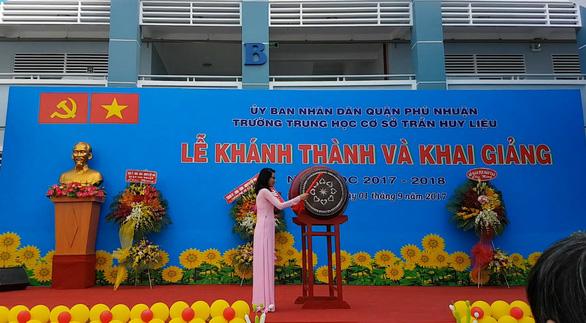 Những trường đầu tiên ở TP.HCM khai giảng năm học mới - Ảnh 1.