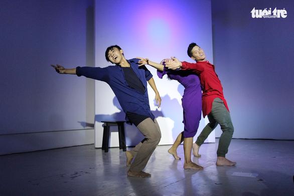 John Huy Trần và các học trò lần đầu cùng múa Between Us - Ảnh 4.