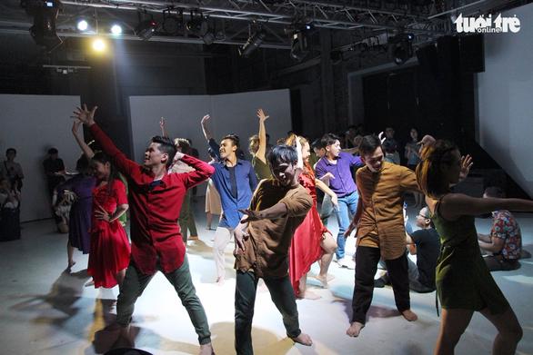 John Huy Trần và các học trò lần đầu cùng múa Between Us - Ảnh 6.