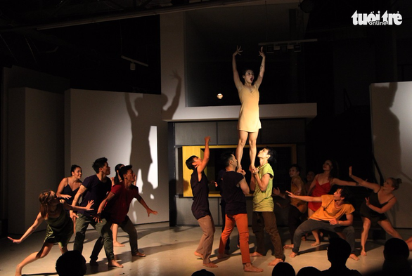 John Huy Trần và các học trò lần đầu cùng múa Between Us - Ảnh 5.