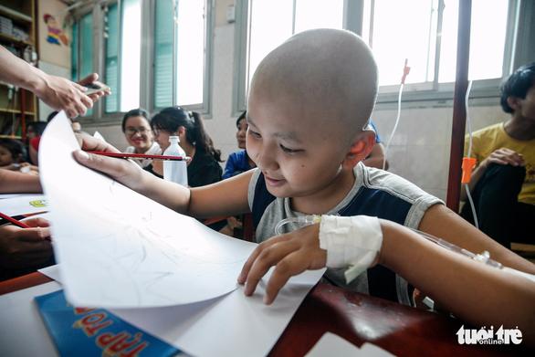 Bệnh nhi ung thư vẽ tranh tham gia Ngày hội Hoa hướng dương - Ảnh 4.