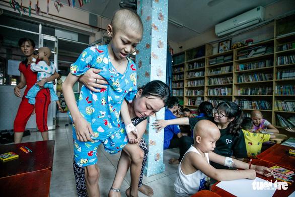Bệnh nhi ung thư vẽ tranh tham gia Ngày hội Hoa hướng dương - Ảnh 2.