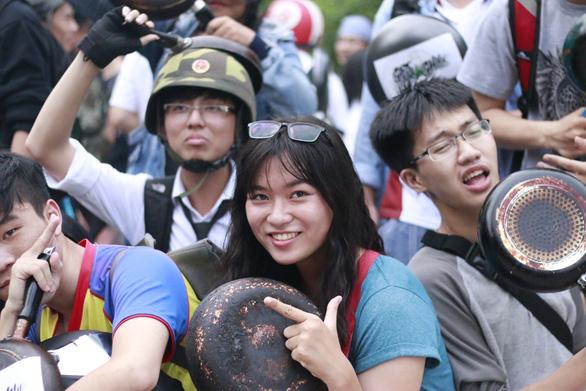 Ảo tung chảo ở  phố đi bộ Nguyễn Huệ, vui hay rảnh? - Ảnh 4.