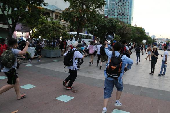 Ảo tung chảo ở  phố đi bộ Nguyễn Huệ, vui hay rảnh? - Ảnh 5.
