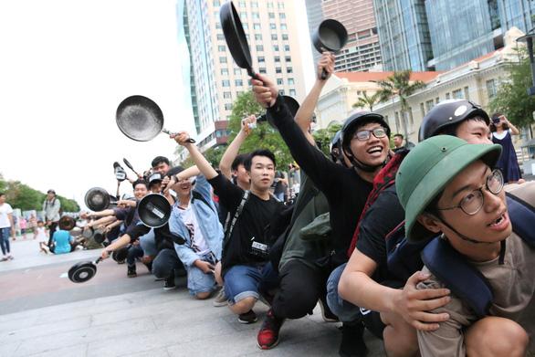 Ảo tung chảo ở  phố đi bộ Nguyễn Huệ, vui hay rảnh? - Ảnh 8.