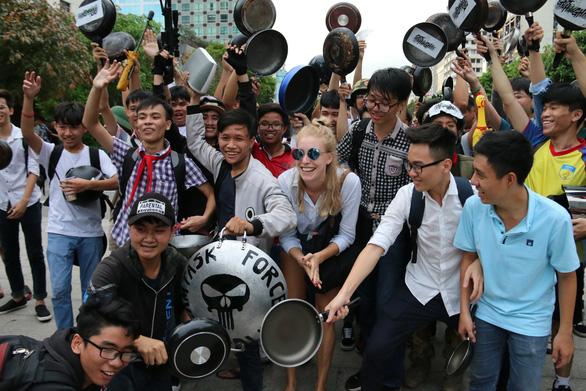 Ảo tung chảo ở  phố đi bộ Nguyễn Huệ, vui hay rảnh? - Ảnh 1.