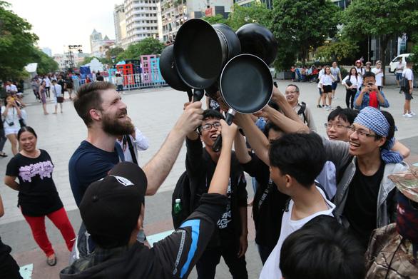 Ảo tung chảo ở  phố đi bộ Nguyễn Huệ, vui hay rảnh? - Ảnh 12.