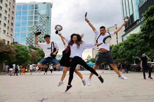 Ảo tung chảo ở  phố đi bộ Nguyễn Huệ, vui hay rảnh? - Ảnh 9.