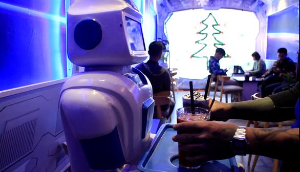 Nàng robot Made in Vietnam phục vụ trong quán cà phê - Ảnh 7.