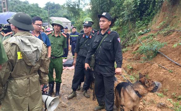 Cận cảnh hiện trường lở đất ở Hòa Bình, 18 người bị vùi lấp - Ảnh 8.