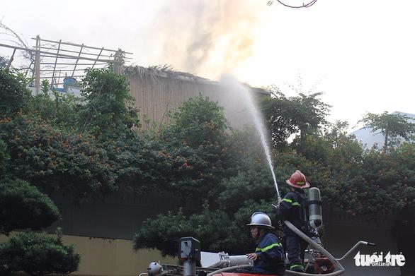 Bộ đội cùng cứu hỏa dập đám cháy quán cà phê ở Hà Nội - Ảnh 7.