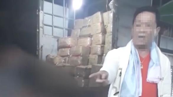 Nhức nhối nạn làm tiền ở chợ Long Biên - Ảnh 2.