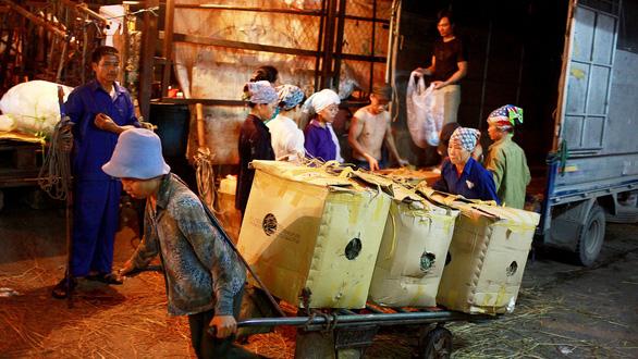 Nhức nhối nạn làm tiền ở chợ Long Biên - Ảnh 1.