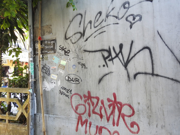 Tường vàng xưa Hội An đang bị graffiti băm nát - Ảnh 1.