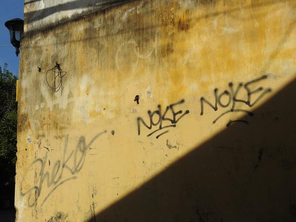 Tường vàng xưa Hội An đang bị graffiti băm nát - Ảnh 2.