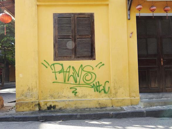 Tường vàng xưa Hội An đang bị graffiti băm nát - Ảnh 3.