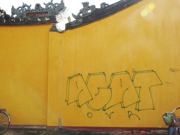 Tường vàng xưa Hội An đang bị graffiti băm nát - Ảnh 4.