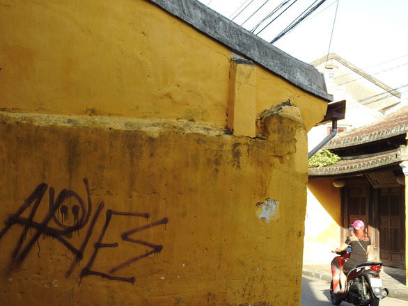 Tường vàng xưa Hội An đang bị graffiti băm nát - Ảnh 5.